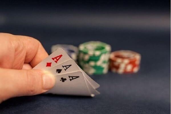 Mơ đánh bài là điềm báo gì?